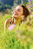lycklig utomhus- kvinna Royaltyfri Foto