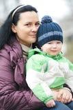 Lycklig utomhus- moder- och sonstående Fotografering för Bildbyråer