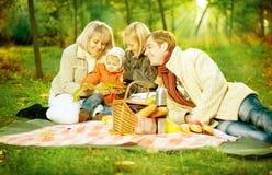 lycklig utomhus- picknick för familj Arkivbilder