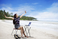 lycklig utomhus- working för affärskvinna arkivfoto