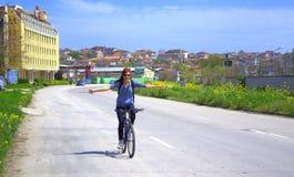 Lycklig utsträckt armcyklistkvinna Arkivfoton
