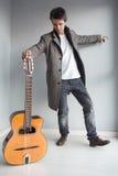 Lycklig vän med gitarren Royaltyfri Fotografi