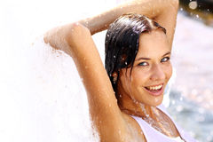 Lycklig våt ung kvinna arkivbild