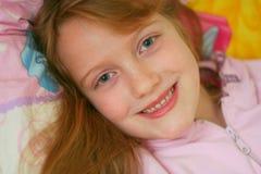 lycklig vaken flicka royaltyfri foto