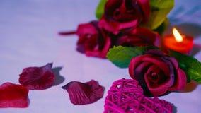 Lycklig valentin med ros- och stearinljusbränning i romantiker footage