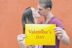 Lycklig valentindag kyssande par Arkivbild