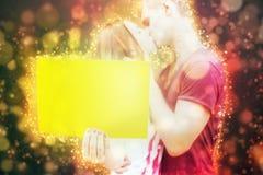 Lycklig valentindag kyssande par Arkivfoton