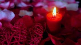 Lycklig valentindag med stearinljusbränning och roskronbladlängd i fot räknat