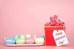 Lycklig valentindagberöm med Macaron kakor Royaltyfria Bilder