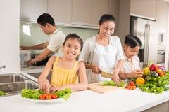 Lycklig vietnamesisk familj Arkivbild