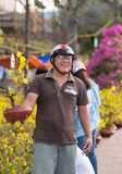 Lycklig vietnamesisk man med hoamai - aprikosblomning på den Tet helgdagsaftonen royaltyfri fotografi
