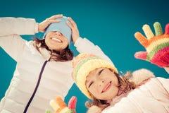 lycklig vinter för familj Fotografering för Bildbyråer