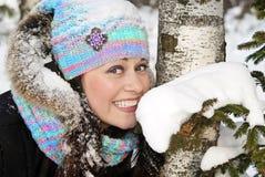 lycklig vinter för härlig brunettflicka arkivbilder