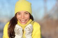 Lycklig vinterflicka som skrattar ha gyckel i snö arkivfoto
