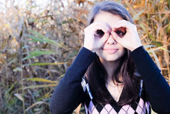 Lycklig visning för ung flicka utomhus ett binokulärt Arkivbilder