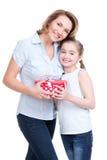 Lycklig vit moder- och barndotterhållgåva Fotografering för Bildbyråer