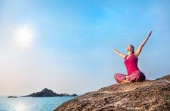 Lycklig yogakvinna Royaltyfri Bild