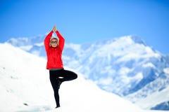 Lycklig yogameditation för frihet Arkivfoton