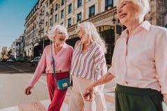 Lyckliga äldre damer går runt om staden royaltyfria foton