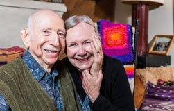 Lyckliga äldre par som tillsammans sitter Royaltyfri Bild