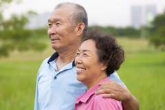 Lyckliga äldre pensionärpar i parkera Arkivfoton
