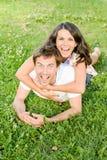 Lyckliga älska barnpar utomhus arkivfoton
