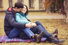 Lyckliga älska familjpar som går utomhus ha gyckel på en parkera arkivbilder