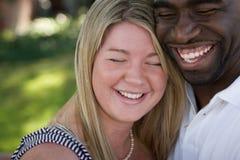 Lyckliga älska mångkulturella par som kramar och ler Royaltyfria Foton
