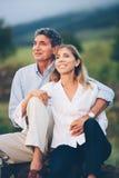 Lyckliga älska mitt åldrades par fotografering för bildbyråer