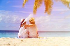Lyckliga älska par på den tropiska stranden Arkivfoto