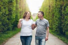 Lyckliga älska par på en romantiker går i parkerar utomhus Arkivfoton