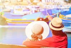Lyckliga älska par på semester i Malta Arkivfoton