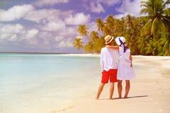 Lyckliga älska par på sommarstranden Royaltyfri Bild