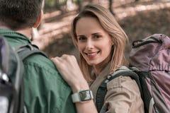 Lyckliga älska par som fotvandrar i naturen fotografering för bildbyråer