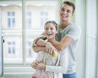 Lyckliga älska par som ser bort i hus Royaltyfri Fotografi