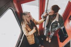 Lyckliga ?lskade par som blir p? tillbaka sida av bussen fotografering för bildbyråer