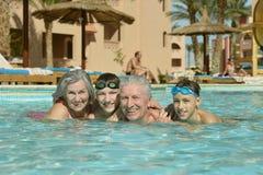 Lyckliga åldringpar med sonsoner Royaltyfri Fotografi