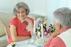 Lyckliga åldringpar som har matställen Royaltyfria Foton