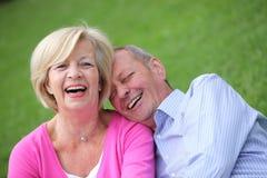 Lyckliga åldringpar som tillsammans skrattar Royaltyfri Fotografi