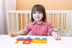 Lyckliga 2 år barn gjorde pufferen av pappers- detaljer Arkivfoton