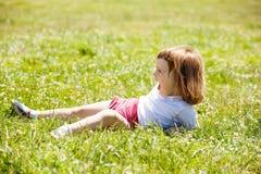 Lyckliga 3 år flicka i äng Royaltyfri Foto