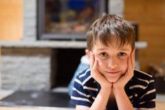 Lyckliga åtta år gammal pojke Arkivfoton