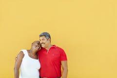 Lyckliga 50 år gamal man som omfamnar kvinnan Arkivfoto