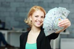 Lyckliga affärskvinnainnehavräkningar av dollar Royaltyfri Bild
