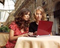 Lyckliga affärskvinnor med bärbara datorn Royaltyfri Fotografi