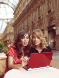 Lyckliga affärskvinnor med bärbara datorn Arkivfoton