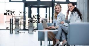 Lyckliga affärskvinnor med bärbara datorn och text i regeringsställning stock illustrationer