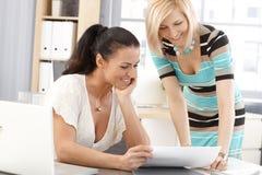 Lyckliga affärskvinnor som delar framgång på kontoret Arkivbilder