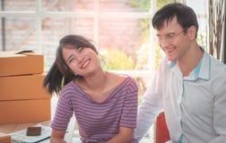 Lyckliga affärspar som tillsammans hemma arbetar royaltyfri fotografi