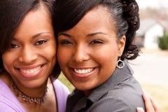 Lyckliga afrikansk amerikankvinnor som skrattar och ler Arkivbilder
